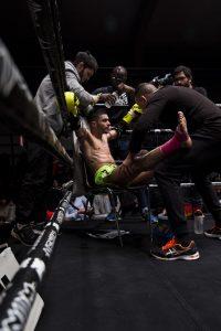 """Hamza Merdi, un boxeur marocain, reçoit les conseils de ses entraîneurs de la """"Team Alamos""""."""