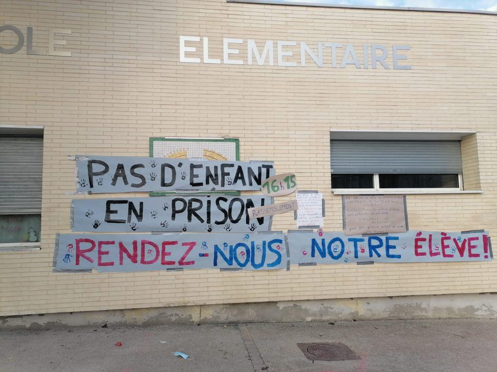 « Pas d'enfant en prison, rendez-nous notre élève » pouvait on lire sur les murs de l'école à Corbeil-Essonne.